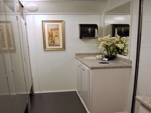 portable-restrooms-for-black-tie-events